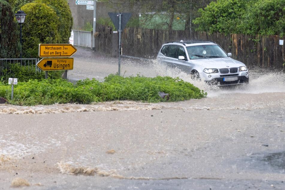 Unwetter wütet im Hochtaunuskreis: Regen überflutet Straßen