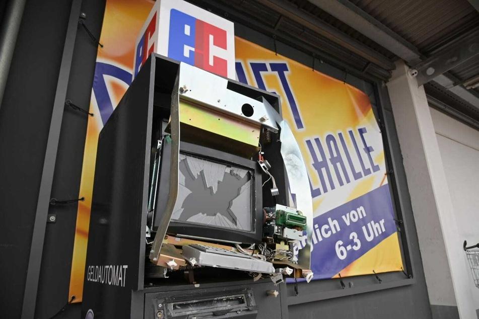 Unbekannte hatten in der Nacht auf Sonntag den Automaten vor der Spielothek in Stollberg aufgesprengt.