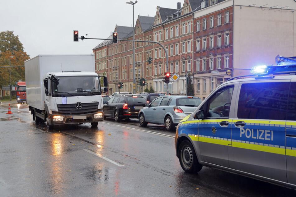 Auf der Dresdner Straße, nahe der Sachsenallee, wurde am Mittwochmorgen ein Kind von einem Laster angefahren.
