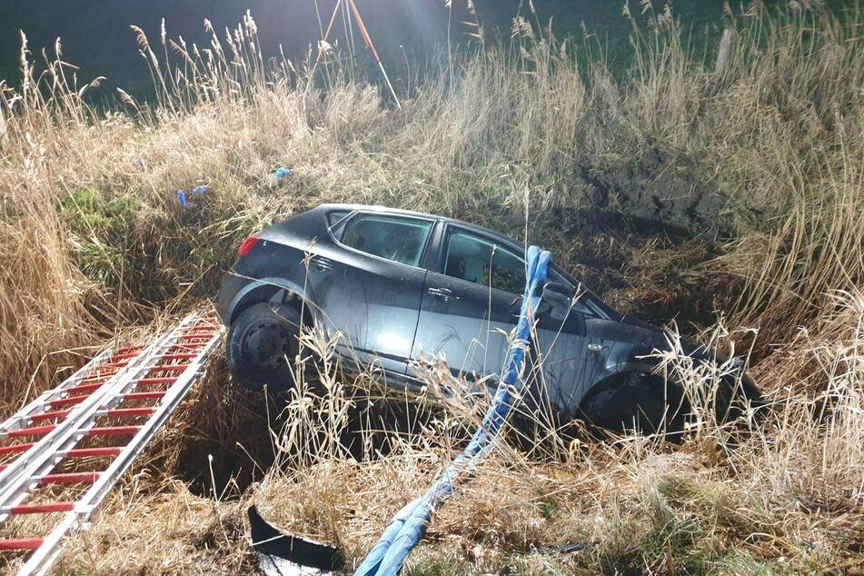 Der Unfallwagen landete in einem Straßengraben.