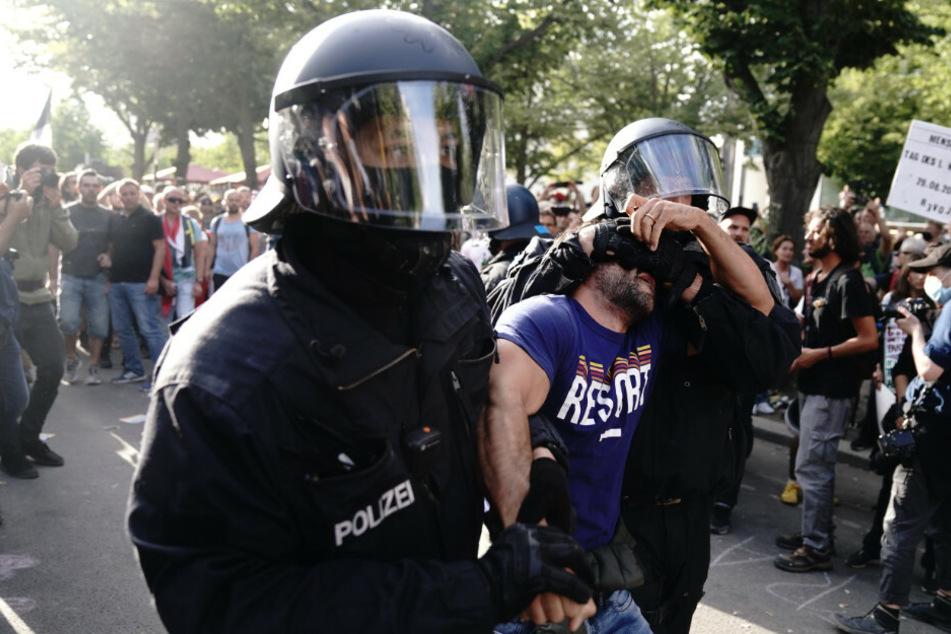 Die Polizei führt einen Teilnehmer bei einer Demonstration gegen die Corona-Maßnahmen ab.