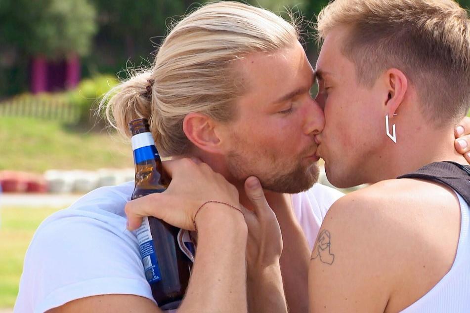 Robin (23, r.) und Kim (31) küssen sich leidenschaftlich bei ihrem Einzeldate.