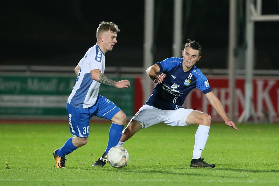 Justin Jacob (l./Bischofswerda) und Lukas Knechtel (Chemnitz) wollen in der Regionalliga im Dezember wieder dem Ball hinterherjagen.