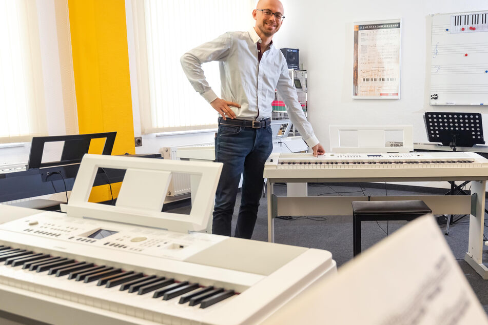 Patrick Schulze (34), Leiter der Musikschule am Thomas-Mann-Platz, kann alle Hygienevorschriften ohne Probleme umsetzen.