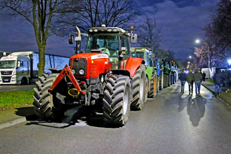 Vor dem Zentrallager von Aldi-Nord in Werl (NRW) hatten bis zum Montagmorgen Landwirte mit ihren Traktoren demonstriert. Etwa 80 Traktoren standen in der Nacht vor dem Lager, wie ein Sprecher der Polizei sagte.