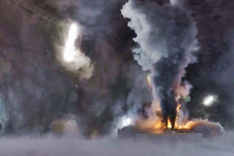 Ein Batteriemodul eines Elektroautos entwickelt beim Brand große Mengen von Ruß, in dem sich giftige Metalloxide befinden.