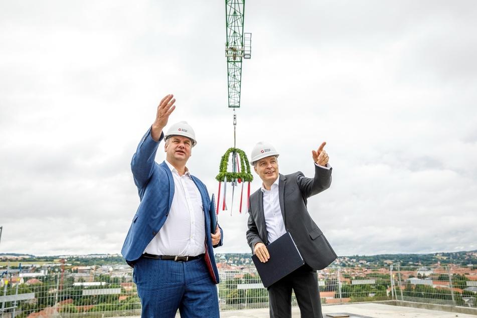 OB Dirk Hilbert (49, l.) und SachsenEnergie-Chef Frank Brinkmann (54) beim Richtfest.