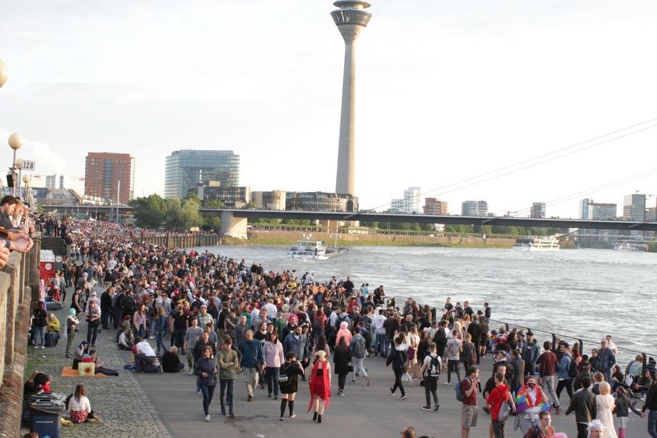 Bei großen Events wird's am Rheinufer in Düsseldorf eng (Foto: Unsplash/Andreas Heimann).