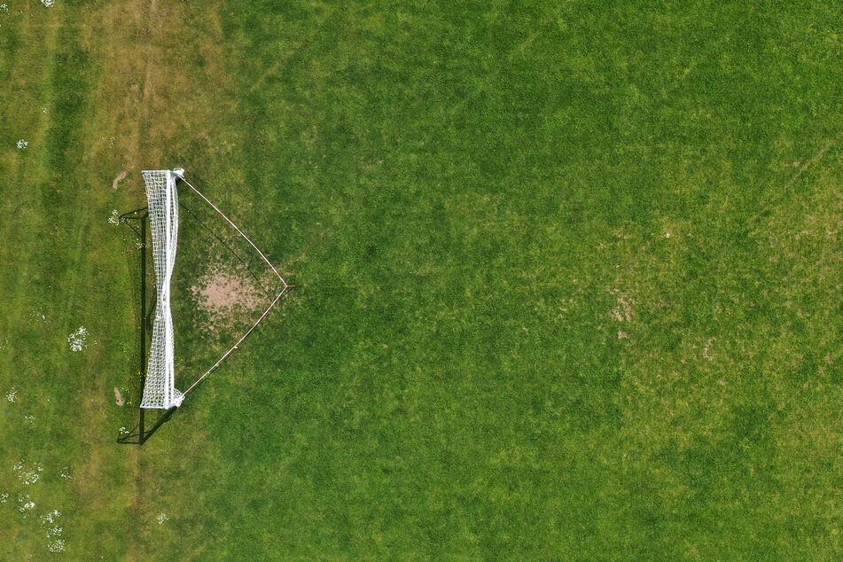 Ein Absperrband ist um ein Tor auf dem geschlossenen Fußballplatz des Turn- und Sportvereins Oberbeuren gespannt.