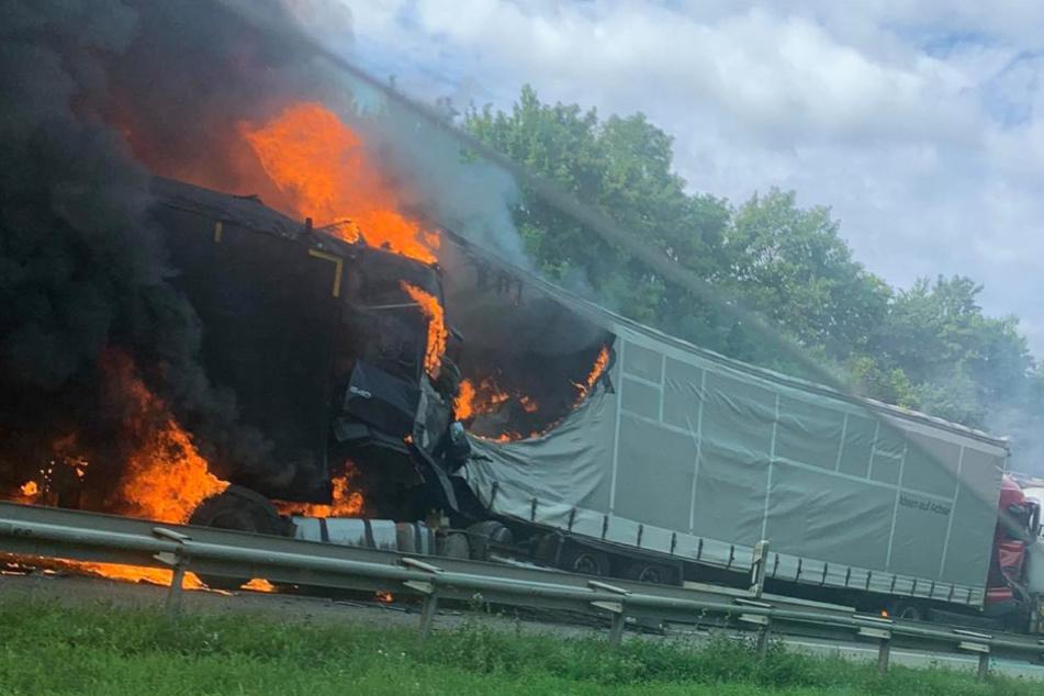 Der Lkw steht in Flammen.