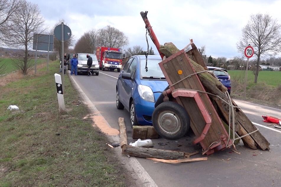 Anhänger löst sich bei der Fahrt: Ein Verletzter bei schwerem Unfall!