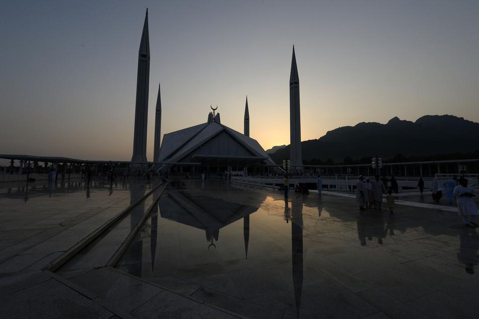 Islamabad: Blick auf die Faisal-Moschee. Pakistan hat trotz Bedenken von Gesundheitsexperten weitere Corona-Beschränkungen aufgehoben. Seit dem 10.08.2020 dürfen Kinos, Parks, Einkaufszentren und religiöse Einrichtungen wieder öffnen - nur Schulen, Universitäten und große Hochzeitshallen sollen noch bis Mitte September geschlossen bleiben.