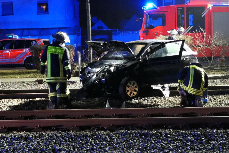 Auto kracht bei Darmstadt gegen Baum und blockiert Straßenbahn-Gleise