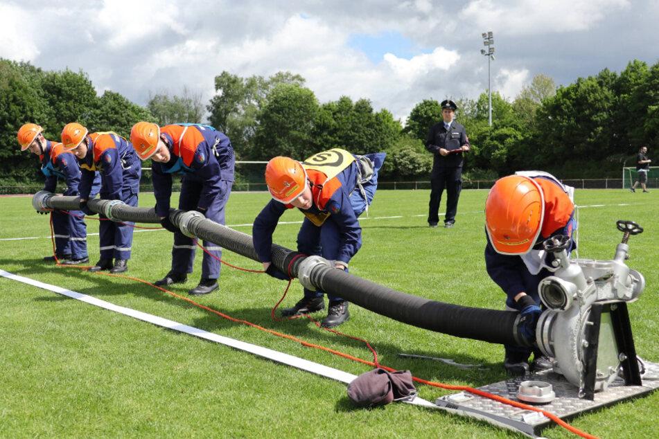 Feuerwehrausbildung in der Schule: Wie sonst nur bei der Jugendfeuerwehr, können die Zehntklässler der Dohnaer Oberschule jetzt ihre Truppmann-Ausbildung als Wahlpflichtfach absolvieren.