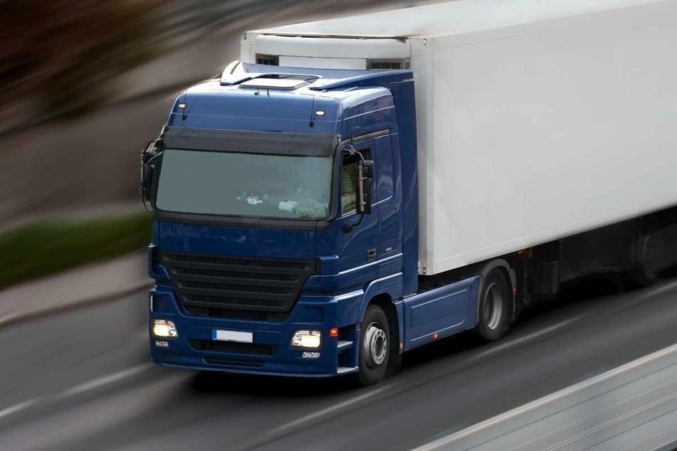 Ein 42 Meter langer und fünf Meter breiter und hoher Laster wird am Freitag und Samstag durch Chemnitz rollen (Symbolbild).