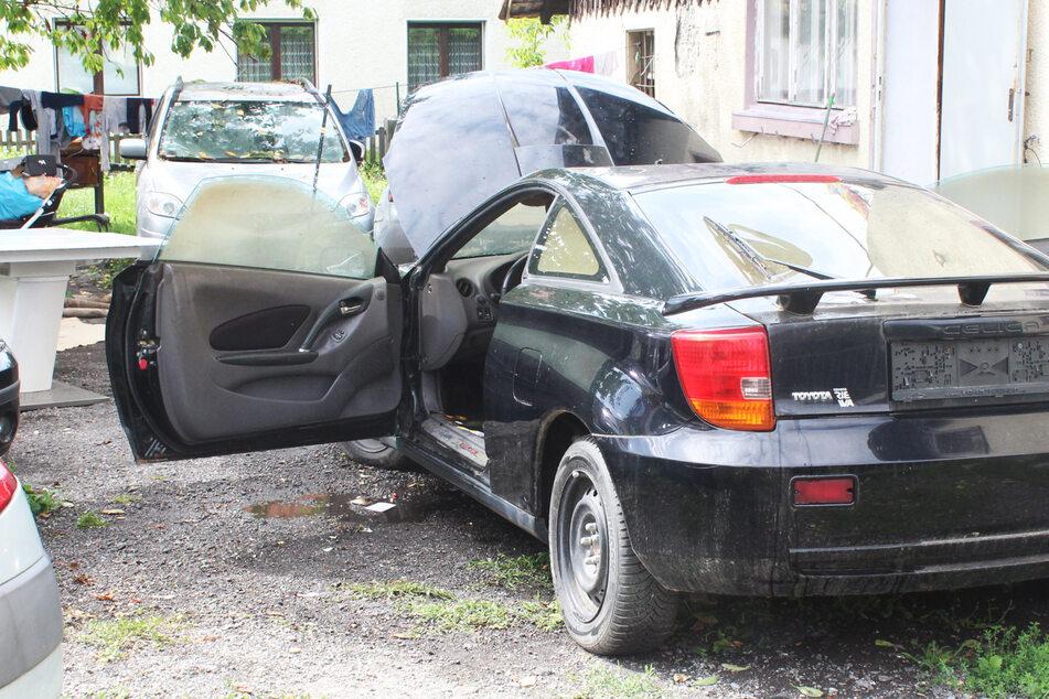 Kleinkind (3) schließt sich in Schrott-Auto ein und legt Brand: Zustand kritisch!