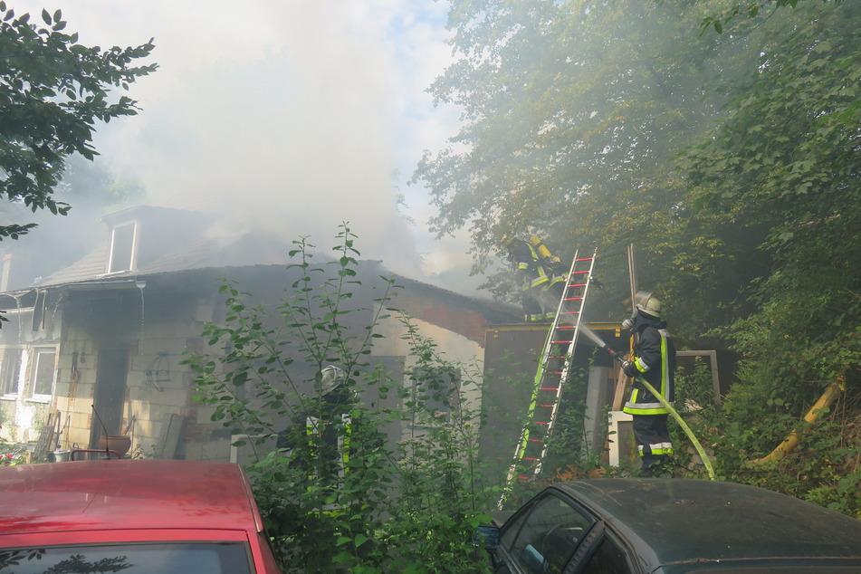Feuerwehrleute am Einsatzort im Essener Stadtteil Kupferdreh.
