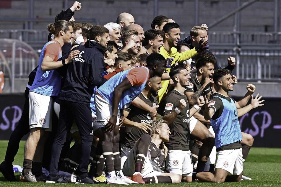 Die Mannschaft kam nach den zahlreichen Siegen in der Rückrunde immer für ein Siegerfoto zusammen.