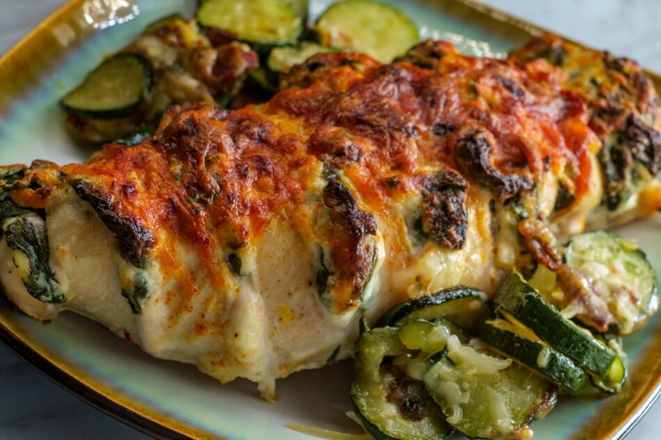 Die Zucchini-Kruste macht die Hähnchenbrust besonders schmackhaft.