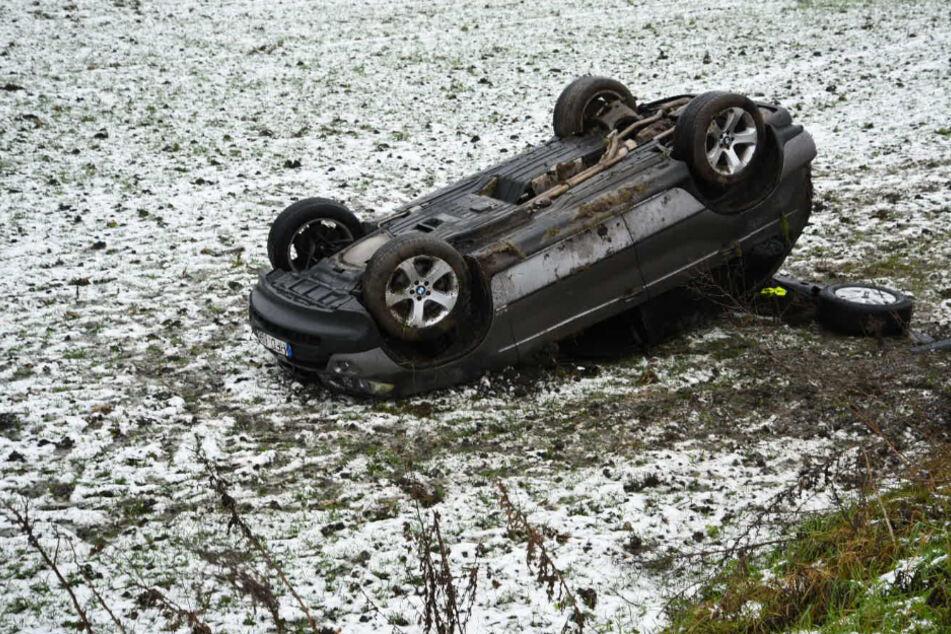 Der BMW-Fahrer kam von der Straße ab und überschlug sich.