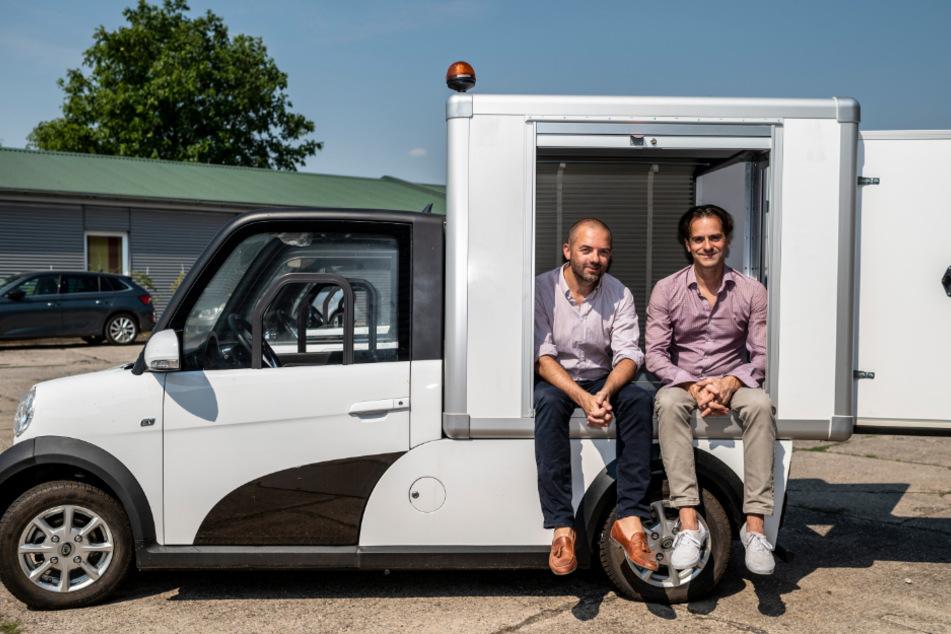 Ari-Motors-Gründer Thomas Kuwatsch und Geschäftsführer Daniel Jacob sitzen in einem ARI 458 mit Kofferaufbau