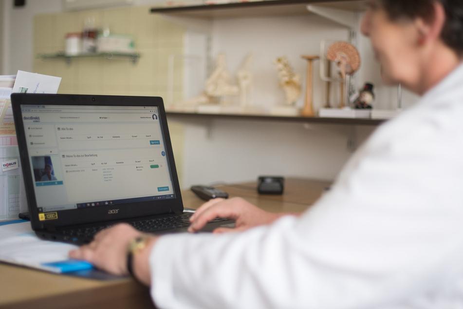 """Eine Ärztin sitzt während eines Pilotprojekts zur Telemedizin """"docdirect"""", vor ihrem Laptop und hat das Programm geöffnet."""