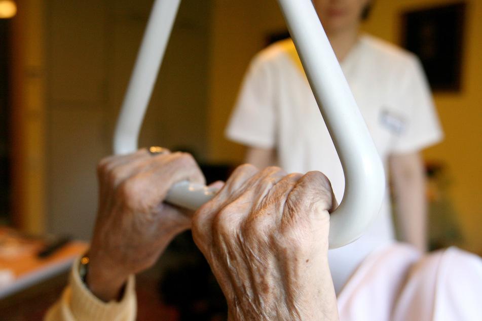 Egal, ob Alten- oder Krankenpflege: Überall hat sich der Bedarf erhöht, während die Zahl der Arbeitslosen sinkt. (Symbolbild)