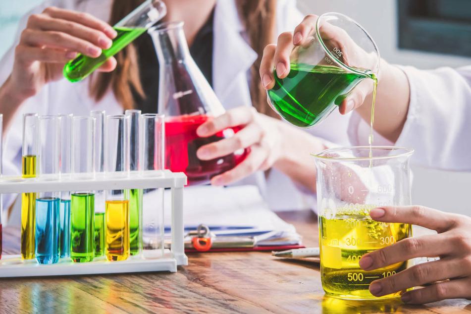 Am Montag hat ein Chemielehrer an einer Schule im mecklenburgischen Pasewalk ungewollt einen Katastrophenschutzeinsatz ausgelöst. (Symbolfoto)