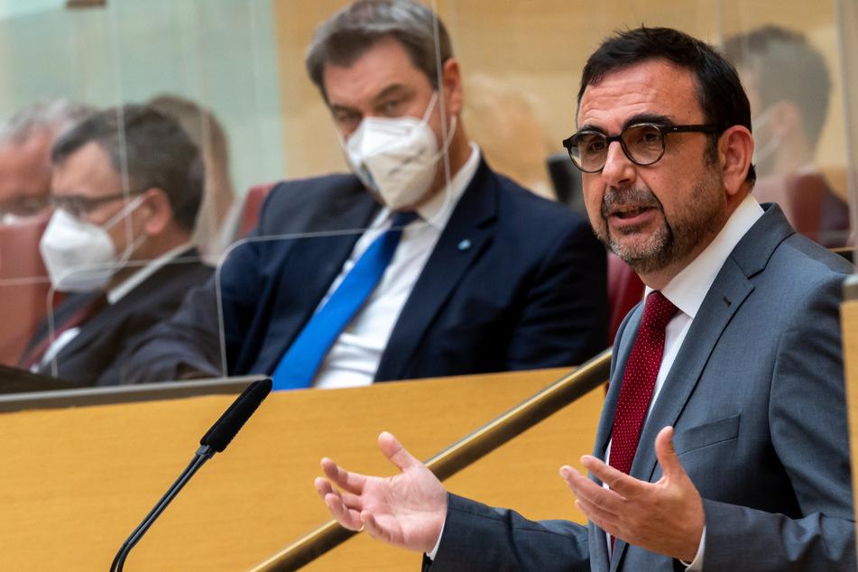 Klaus Holetschek (CSU, 56), Staatsminister für Gesundheit und Pflege, spricht während seiner Regierungserklärung im Plenarsitzung im bayerischen Landtag. Im Hintergrund sitzt Markus Söder (CSU), Ministerpräsident von Bayern.