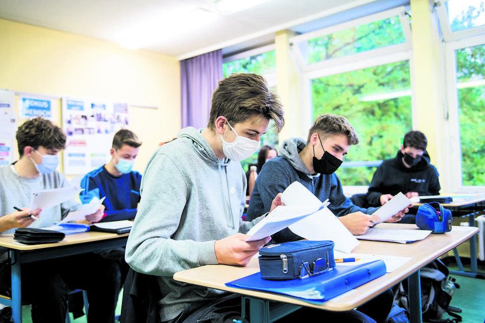 Für Schüler der Abiturstufe wird die Mund-Nasen-Bedeckungen im Unterricht die Regel. Jüngere Jahrgänge können ohne Maske durchatmen.