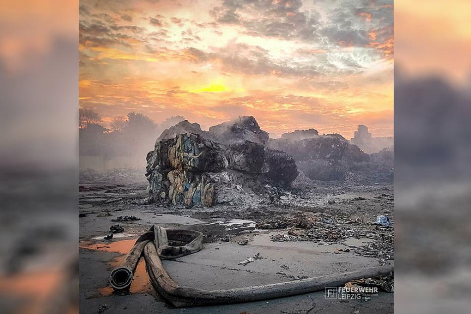 In solchen gepressten Müllballen finden sich viele Glutnester, die immer wieder für ein Aufflammen des Brandes sorgen.