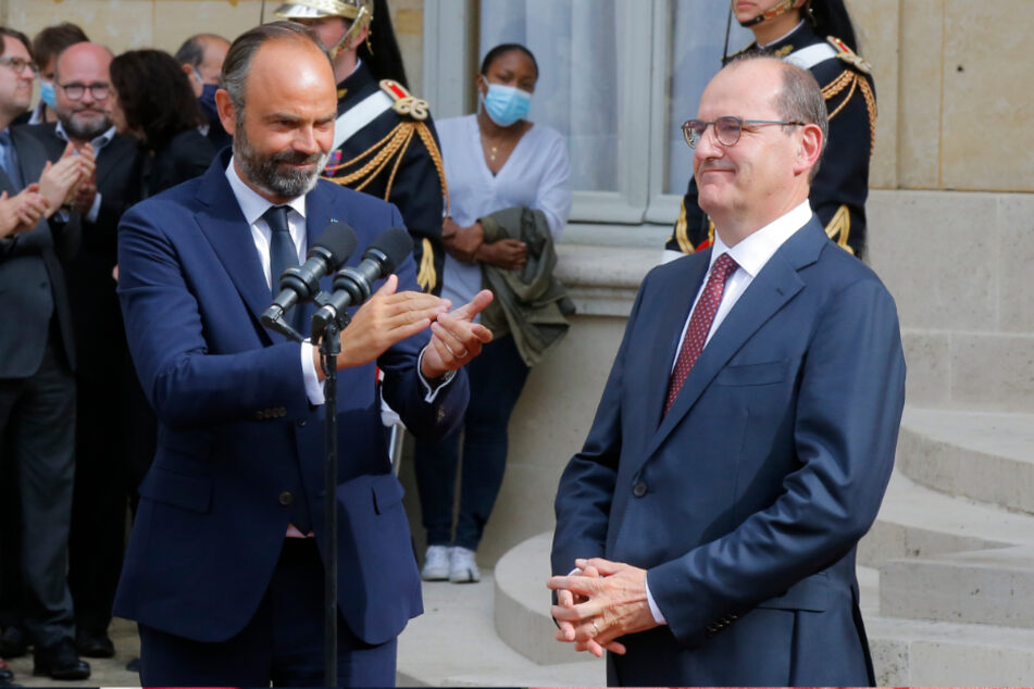 Paris: Edouard Philippe (l), ehemaliger Premierminister von Frankreich, applaudiert Jean Castex nach der Amtsübergabe im Hof des Hotels de Matignon, dem Amtssitz des Premierministers.