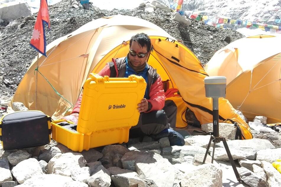 Khim Lal Gautam überprüft Instrumente im Basislager des Berges.