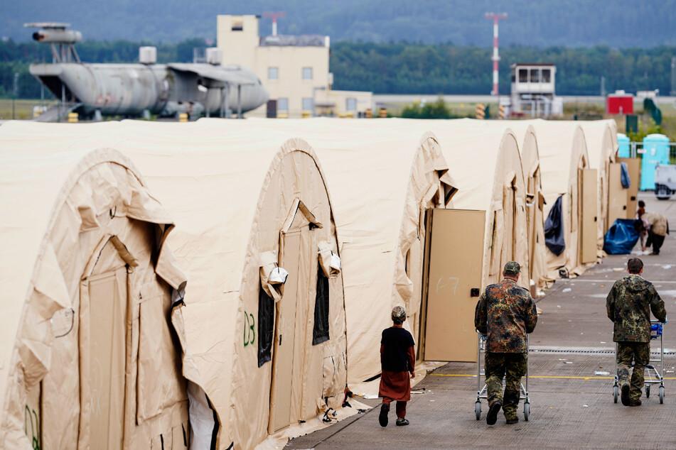 Auf dem US-Stützpunkt im pfälzischen Ramstein hat das medizinische Personal damit begonnen, die afghanischen Flüchtlinge gegen Masern, Mumps, Röteln und Windpocken zu impfen.