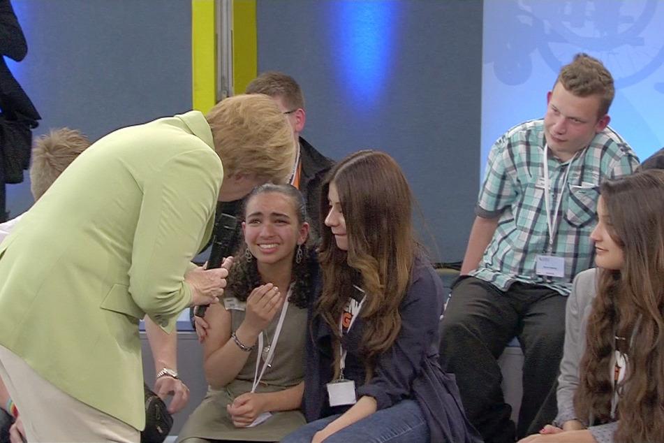 2015 wollte Bundeskanzlerin Angela Merkel (CDU) Reem bei einer Veranstaltung trösten.