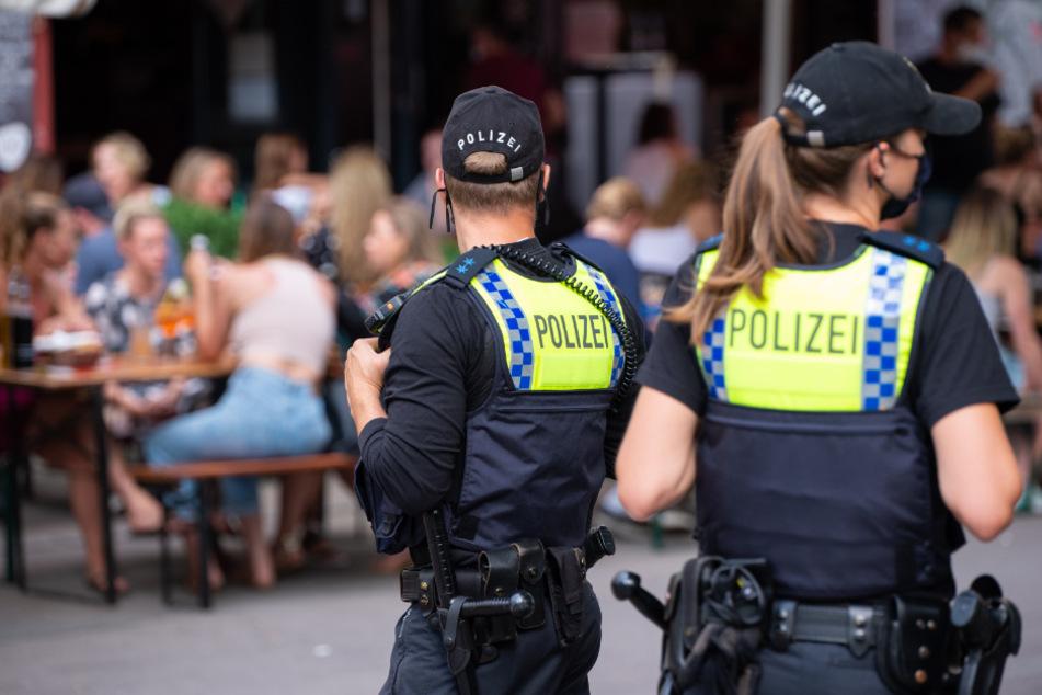 Zwei Polizisten laufen auf der Sternschanze Streife.
