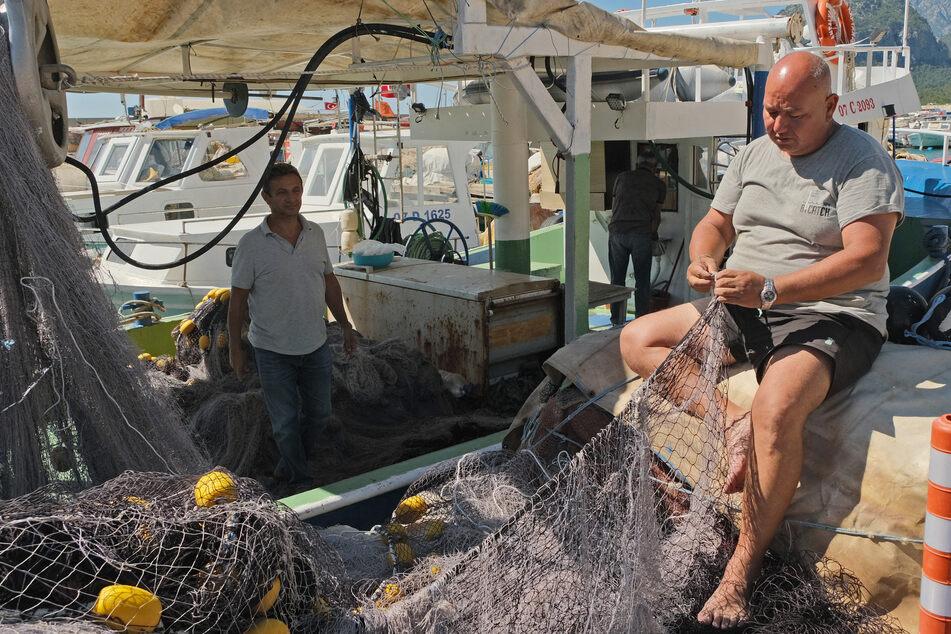 Cengiz Balta (li) und ein weiteres Kooperativen-Mitglied im Hafen von Antalya.