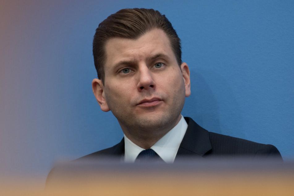 Dem früheren AfD-Sprecher Christian Lüth (44) wurde vom Vorstand der AfD-Bundestagsfraktion aufgrund menschenverachtender Äußerungen fristlos gekündigt.