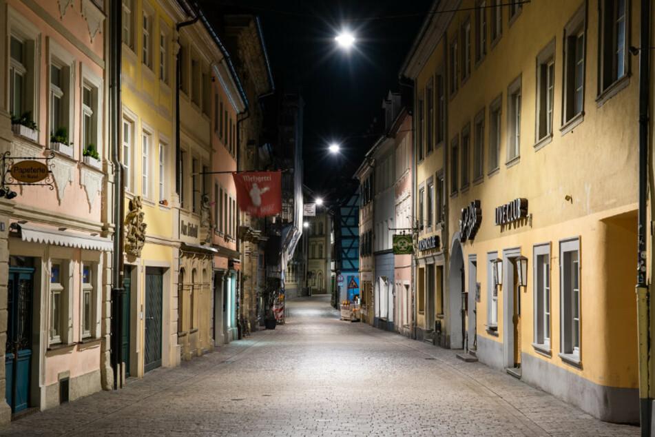Bayern, Bamberg: Die menschenleere, für ihre Bars und Kneipen bekannte Sandstraße in der Innenstadt, kurz nachdem die aufgrund der Ausbreitung des Coronavirus verhängte Ausgangsbeschränkung in Kraft getreten ist.