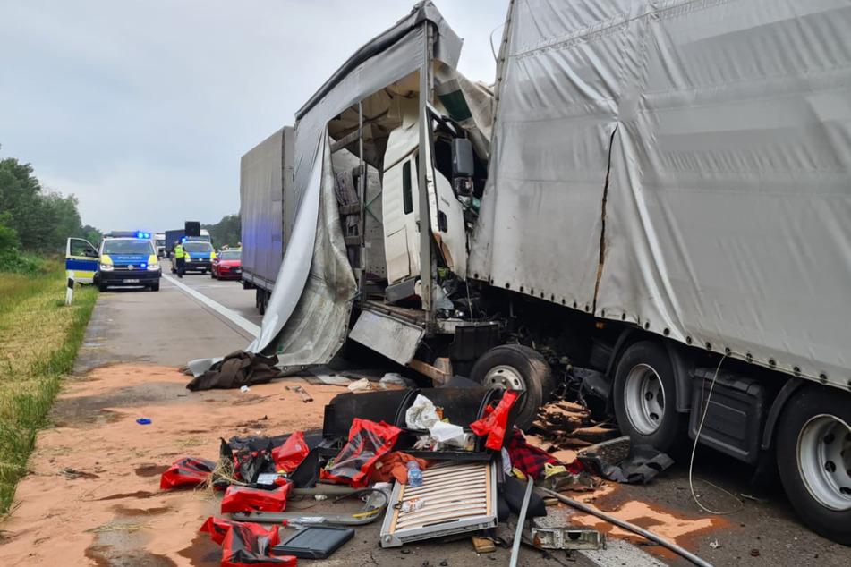 Unfall A2: Lkw kracht in stehenden Laster: Fahrer eingeklemmt und schwer verletzt!