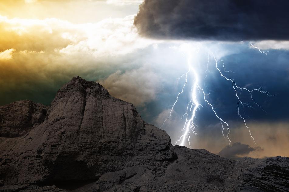 Bei einem Unwetter wurden fünf Männer vom Blitz getroffen und verletzt (Symbolbild).