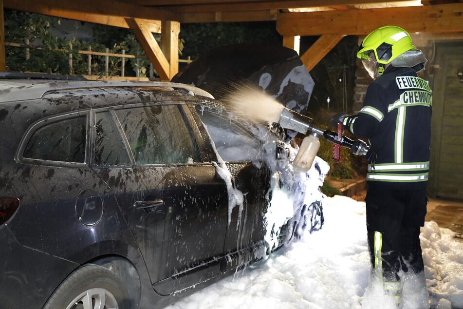 Ein Renault ging in der Nacht auf Freitag in der Eubaer Straße in Chemnitz in Flammen auf.