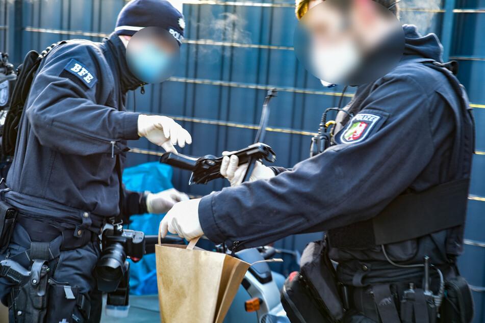 Die Beamten stellten im Rahmen der Durchsuchung verschiedene Waffen sicher, darunter auch eine Armbrust.