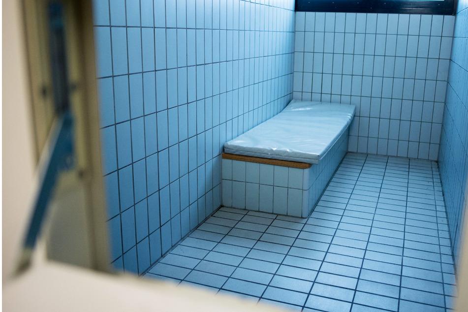 19-Jähriger bricht in Gewahrsamszelle zusammen: Die Ermittlungen laufen!