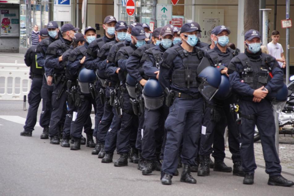 Einsatzkräfte der Polizei wurden von den Demo-Teilnehmern in Sprechchören beleidigt.