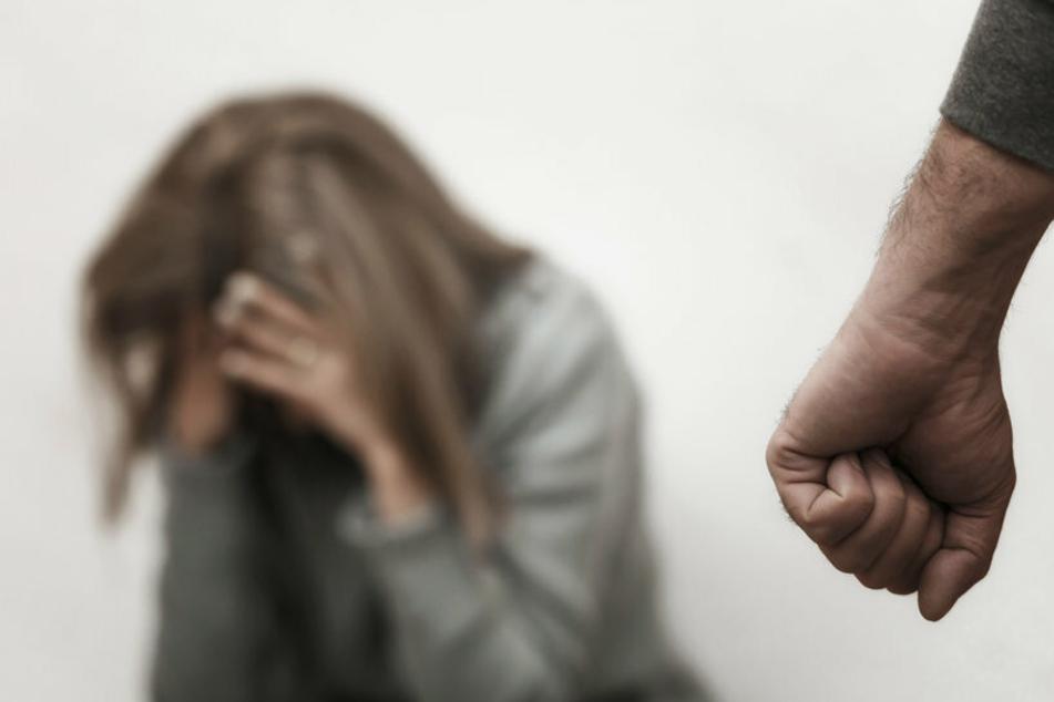 Der betrunkene Mann schlug seine Frau. Sie musste daraufhin ins Krankenhaus eingeliefert werden. (Symbolfoto)
