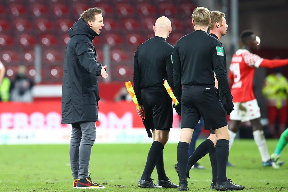 RB-Trainer Julian Nagelsmann (33) beschwerte sich nach der 2:3-Niederlage beim Schiedsrichtergespann um Christian Dingert (40).