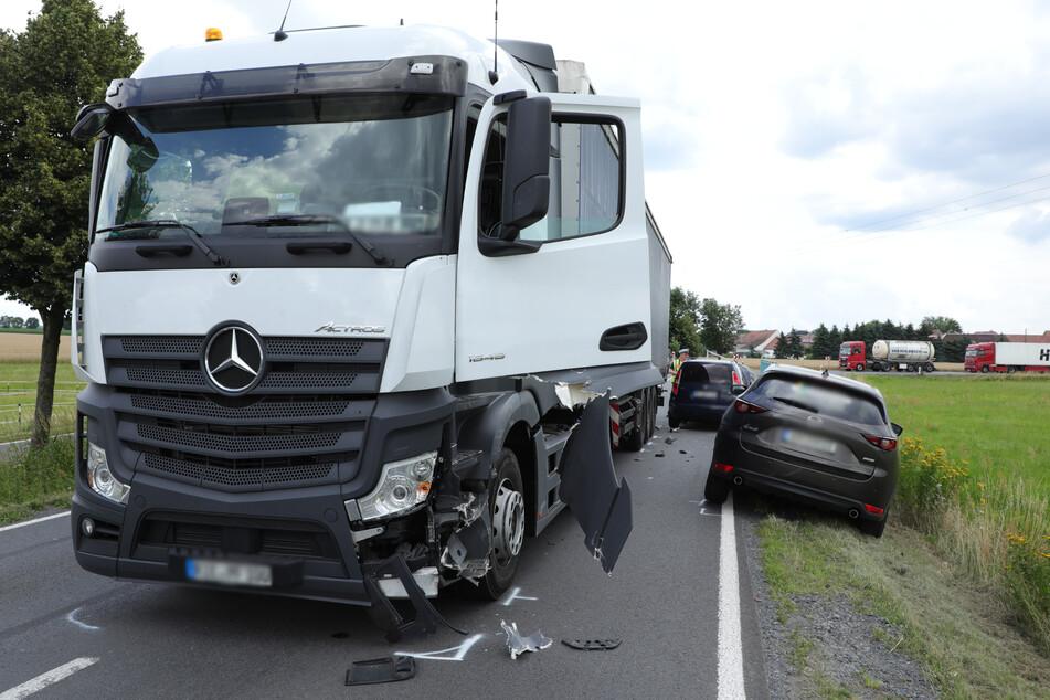 Sieht man sich das Foto an, scheint es eindeutig: Der Lkw ist demnach auf die Gegenfahrbahn geraten.