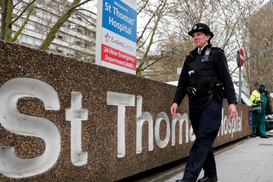 Eine Polizistin patrouilliert vor dem Krankenhaus im Zentrum der Stadt London.