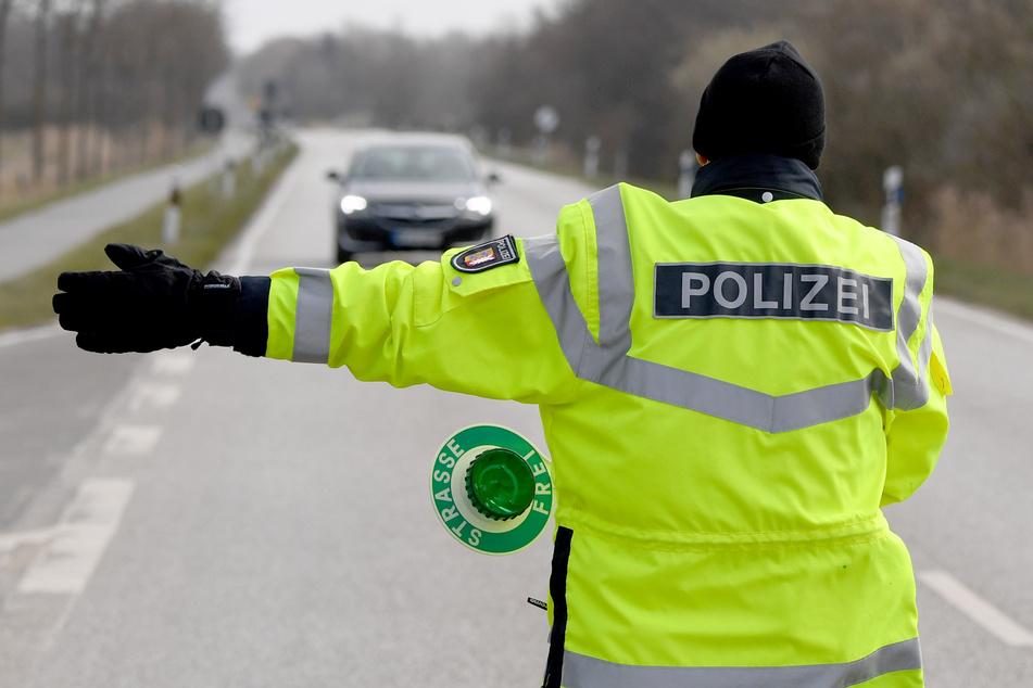 Mann (32) rast mit Mercedes bei Kontrolle in Kassel auf Polizistin zu